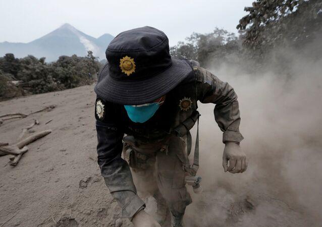 Guatemalalı kurtarma görevlileri dün Fuego volkanının patlaması ile ile yayılan toprak ve molozların altından yeni cansız bedenleri çıkardı. Daha önce 25 olarak açıklanan ölü sayısı yoğun çamur tabakasının dümdüz ettiği köylerde bulunan yeni cesetlerle birlikte saatler içinde 69'a yükseldi. 3763 metre yüksekliğindeki volkan pazar günü patlayarak kül, kızgın çamur ve sıcak taş parçaları püskürtmüştü.