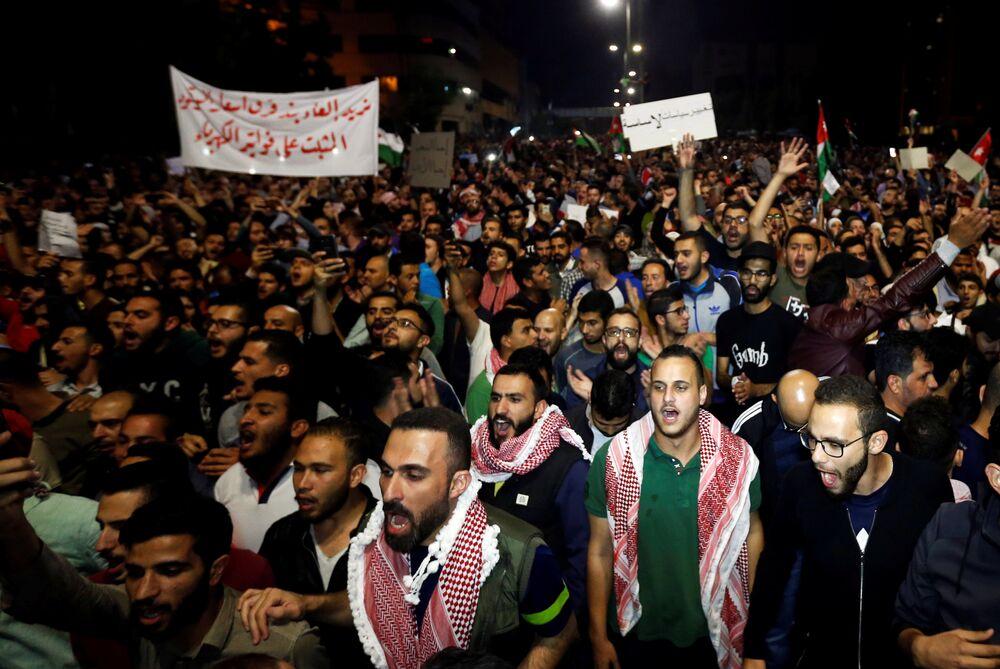 Ürdün'de hükümetin onayladığı tartışmalı gelir vergisi yasası, dün ve bu sabah başkent Amman'daki Başbakanlık binası çevresinde toplanan binlerce Ürdünlü tarafından protesto edildi. Hükümet binasının bulunduğu Ed-Duvvar er-Rabı bölgesine ulaşabilmek için birkaç gruba ayrılan göstericiler, polis tarafından engellendi. Hükümetin tartışmalı vergi yasasından geri adım atmasını isteyen  göstericiler, hükümetin icraatları aleyhinde sloganlar attı.