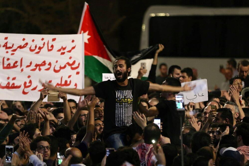 Kral Abdullah ülkenin içinde olduğu ekonomik istikrarsızlığın nedeninin yüz binlerce Suriyeli göçmene ev sahipliği yapması ve uluslararası yardımların azlığından kaynaklandığını savundu. Hükümetin kabul ettiği ancak parlamentonun henüz onaylamadığı vergi yasası tasarısı IMF'nin Ürdün'e verdiği 723 milyon dolarlık kredi karşılığında talep ettiği kemer sıkma önlemleri içinde yer alıyordu. Tasarı çalışanlardan alınan vergileri yüzde 5, şirketlerden alınan vergileri ise yüzde 20 ila yüzde 40 arasında arttırıyordu.