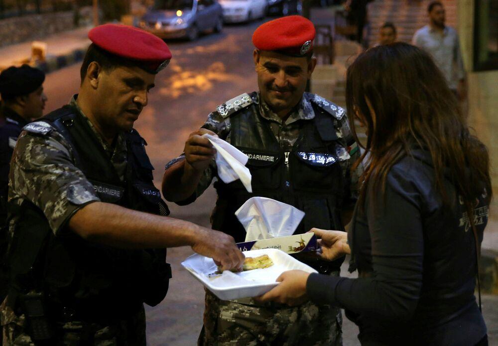 Yüksek işsizlikten muzdarip Ürdün'de temel tüketim mallarına yönelik ek vergiler ve fiyat artışları halkta hoşnutsuzluğu yükseltmişti. Benzin fiyatı yıl başından beri 5 kez zamlanmış elektirik fiyatları da şubattan bu yana yüzde 55 oranında artmıştı.