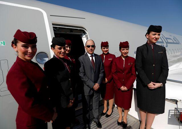 Katar Havayolları CEO'su Ekber el Bekir, Airbus A350-1000'ün kabin personeliyle Antalya'daki 'Eurasia Airshow'da poz verirken