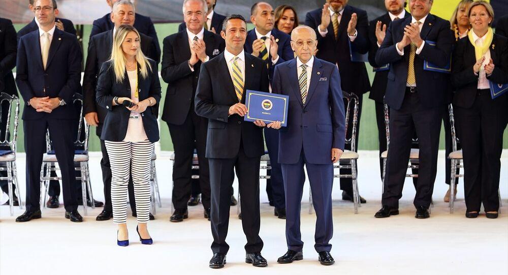 Fenerbahçe Başkanı Ali Koç ile yönetim kurulu mazbatayı Divan Kurulu Başkanı Vefa Küçük'ten aldı.