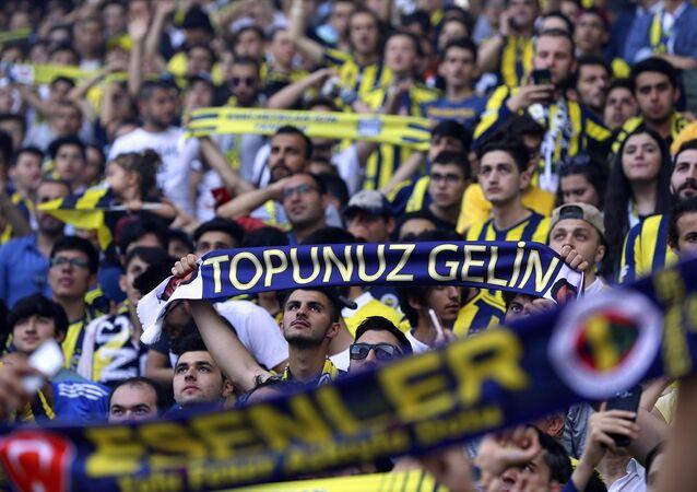 Ali Koç'un mazbata töreni, Fenerbahçe tarihinde ilk kez taraftarın önünde statta gerçekleşti. Törenden saatler önce Kadıköy'e gelen sarı-lacivertli taraftarlar, Fenerium tribününün tamamını doldurdu. Bu tribün yeterli olmayınca taraftarlar için Migros kale arkası tribünü de açıldı.