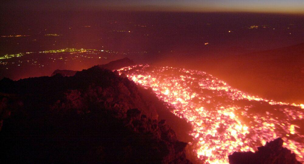 Yanardağ patlamalarının kuşbaşı fotoğrafları