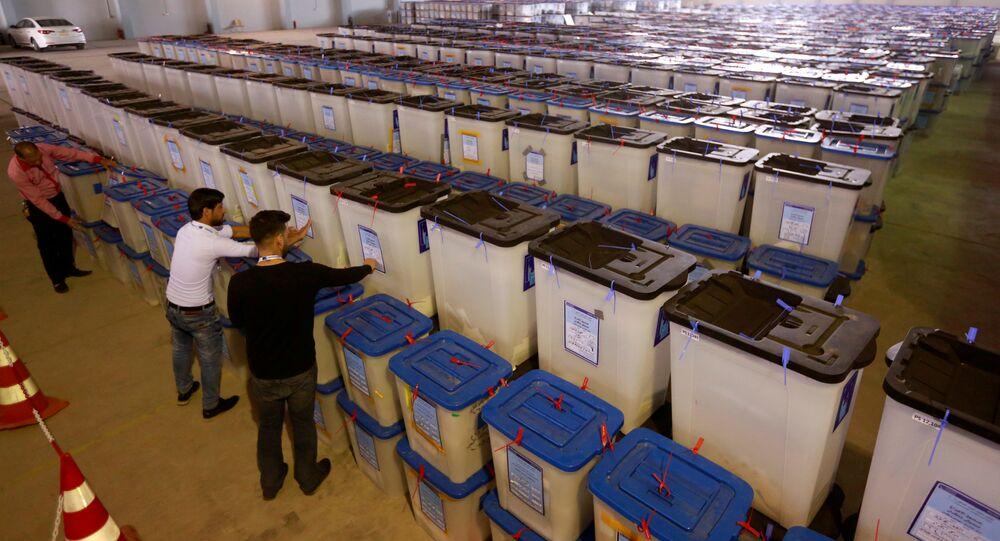 Irak Bağımsız Yüksek Seçim Komisyonu çalışanları Necef'teki oy sandıklarını inceliyor