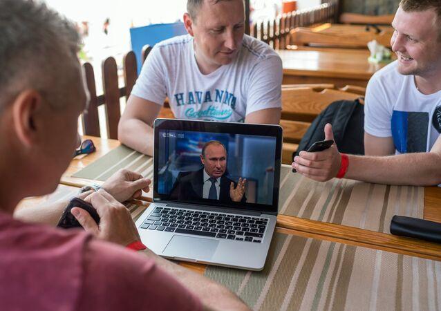 Putin'in düzenlediği Direkt Hat programından bir kare