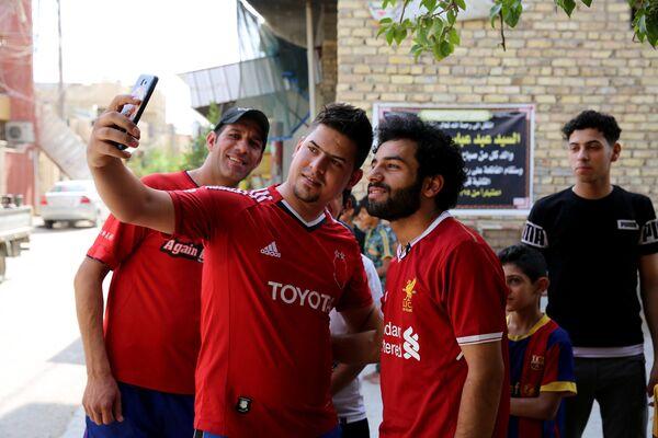 40 dolar ödeyerek kendisine orijinal bir Liverpool forması aldığını belirten Ali Lübnanlı kulüp El -Ahed'e karşı oynadığım maçta insanlar 1 buçuk saat boyunca benle fotoğraf çektirdi. Evvelki gün bir alışveriş merkezine gittim. Güvenlik görevlileri, çalışanlar ve müşteriler, herkes benimle fotoğraf çektirmek istedi. Hatta kızlar bile! dedi. Ali yaşadığı mahallede de sıklıkla kendisiyle fotoğraf çektirmek isteyen Salah hayranları tarafından durduruluyor. Ali'nin koçu Adnan Muhammed yaptığı açıklamada İlk antrenmanda kendisini Hüseyin Ali diye tanıttı. Ben de ona Hayır sen Muhammed Salah'sın dedim diye konuştu. - Sputnik Türkiye