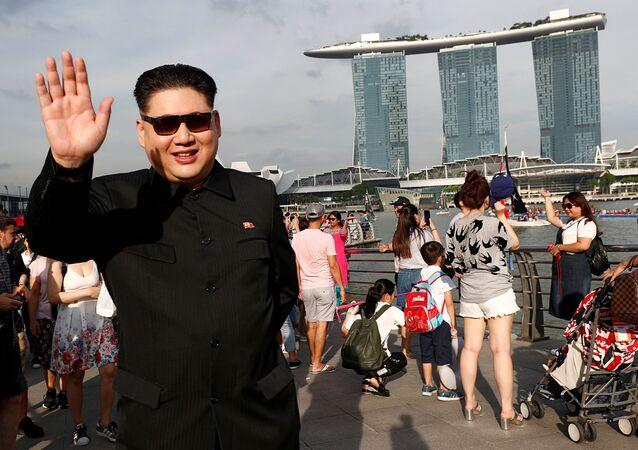 Gerçek ismini açıklamayı reddeden Howard X, Reuters'e yaptığı açıklamada sabah saatlerinde Singapur'un Changi Havalimanına vardığı sırada Singapurlu yetkililerce 2 saat boyunca gözaltında tutulduğunu ve yaklaşık 30 dakika boyunca sorgulandığını söyledi.