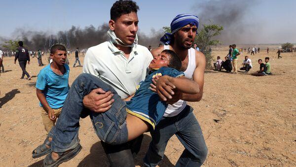 Gazze-İsrail sınırında yaralı bir Filistinli - Sputnik Türkiye