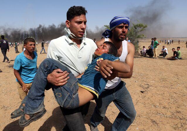 Gazze-İsrail sınırında yaralı bir Filistinli