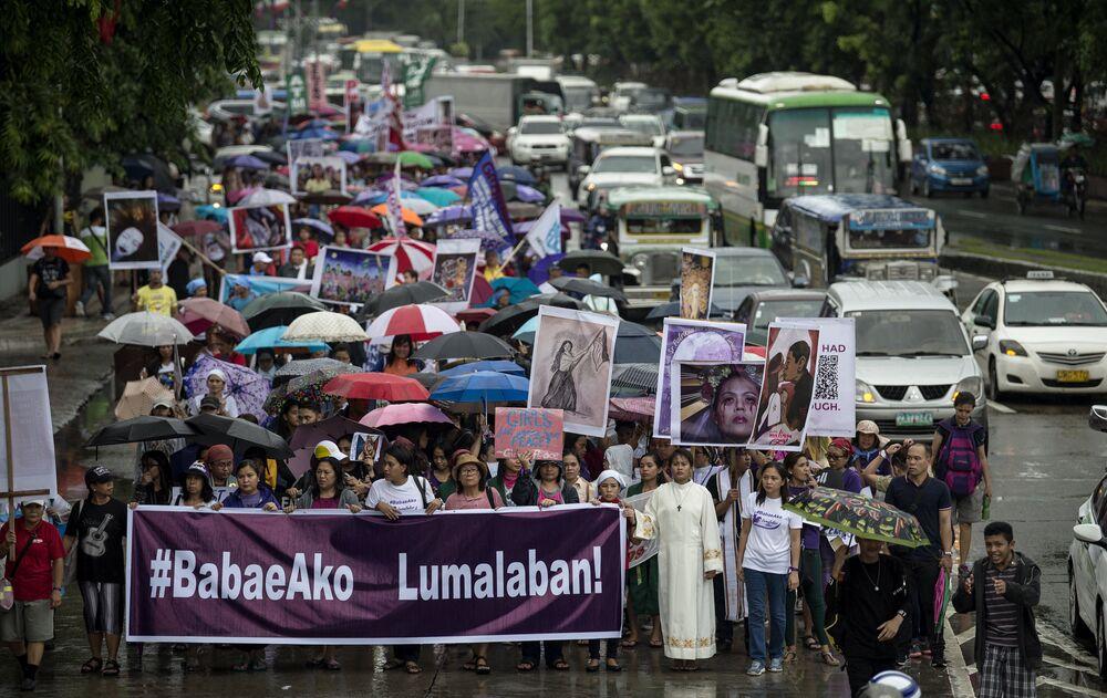 Organizatörlere göre erkelerin de destek verdiği yürüyüşte yaklaşık 1500 kişi yağan yağmura aldırmadan şemsiyelerle yürüdü.