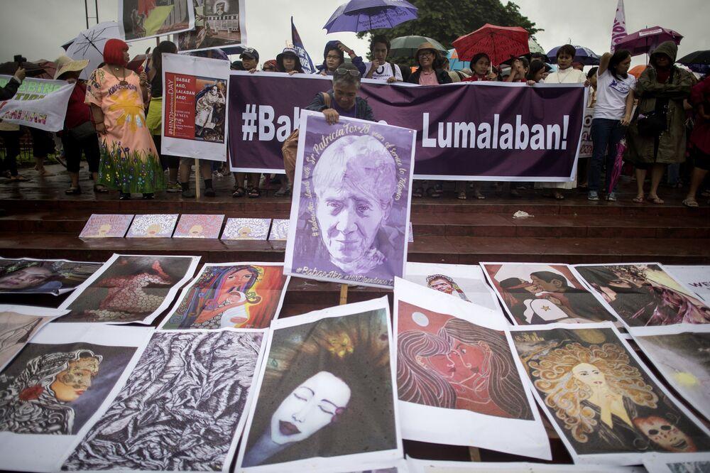 Eylemciler 'Duterte kadınlardan korkuyor' sloganı attı.