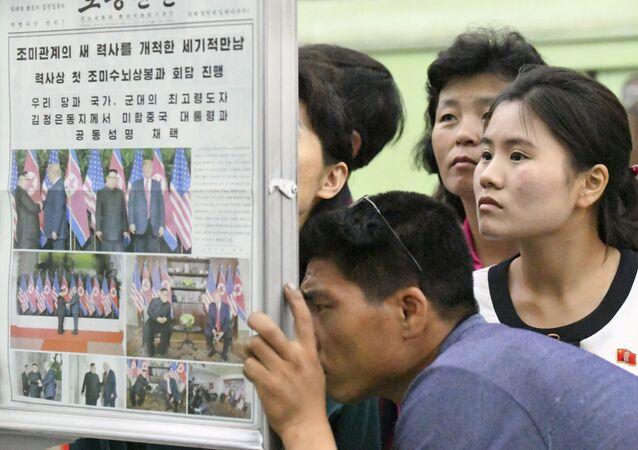 Kuzey Koreliler dünkü Trump-Kim zirvesi hakkındaki haberleri Pyongyang'daki metro istasyonunda bulunan gazetelerden okuyor