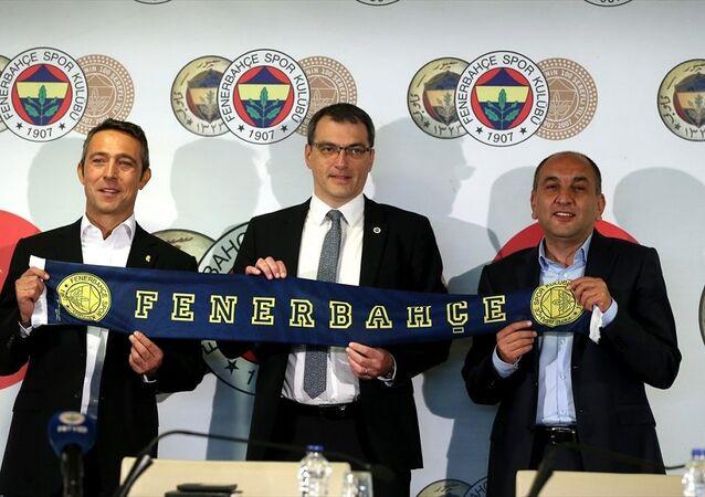Ülker Stadı'nda yeni sportif direktör Damien Comolli (solda) için imza töreni düzenlendi. İmza törenine Fenerbahçe Kulübü Başkanı Ali Koç da katıldı.