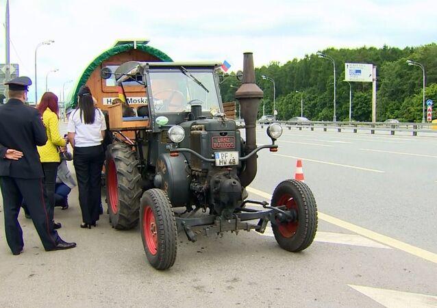 70 yaşındaki Alman futbolsever traktörüyle Rusya'ya gitti
