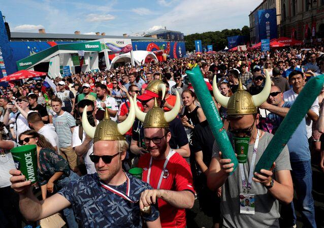 Moskova'daki maçı St. Petersburg'da dev ekranlardan izleyen İzlanda ve Arjantin taraftarları kaynaştı.