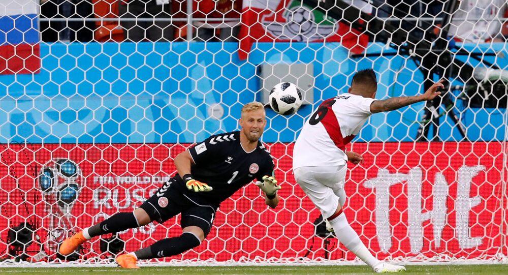 Rusya'daki Dünya Kupası'nda Perulu Christian Cueva penaltıyı dağlara taşlara vurdu, Danimarkalı kaleci Kasper Schmeichel sevindi.