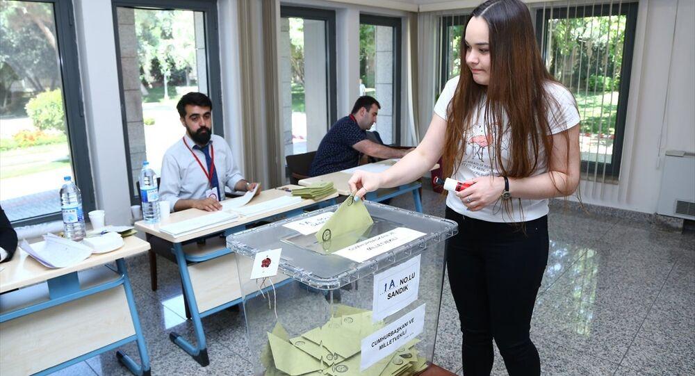 Azerbaycan'da, yurt dışı seçmen kütüğüne kayıtlı seçmenler, Türkiye'de 24 Haziran'da yapılacak Cumhurbaşkanı ve 27. Dönem Milletvekili Genel Seçimi için sandık başına gitti.