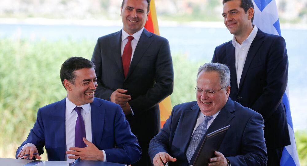 Yunanistan-Makedonya dışişleri bakanları Nikos Kocyas ile Nikola Dimitrov, ülke isminin 'Kuzey Makedonya Cumhuriyeti' olması anlaşmasına imza attı.