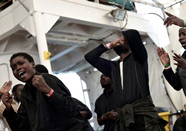 SOS Mediterranee ve Medecins Sans Frontieres örgütlerinin kurtarma gemisi Aquarius'taki göçmenler, ufukta Valencia belirince sevinç gösterileri yaptı.