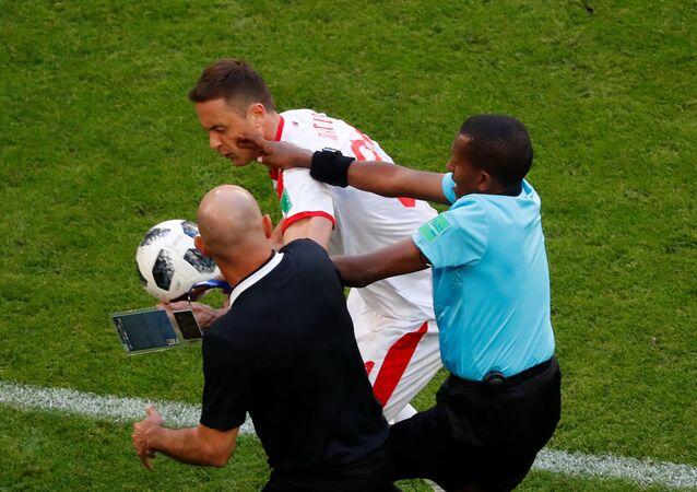 Kosta Rika - Sırbistan maçının uzatma dakikalarında çıkan kavgayı hakemler zor ayırdı.