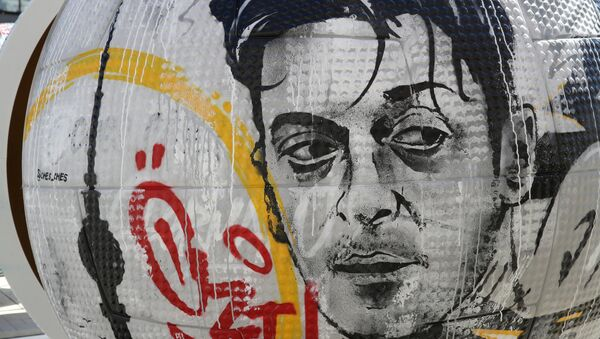 Moskova'da Alman milli Mesut Özil sanat eserlerine konu oldu. - Sputnik Türkiye