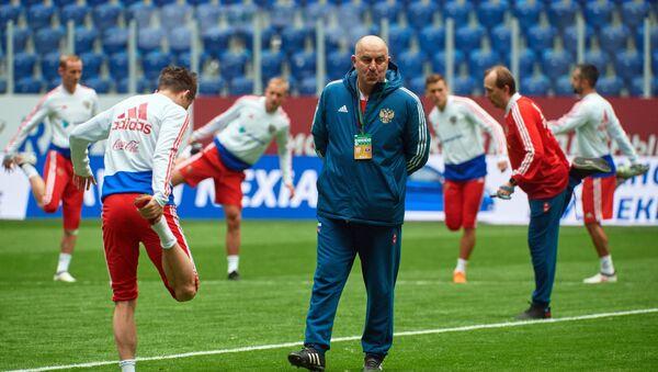 Head coach of the Russian national football team Stanislav Cherchesov during a training session prior to a friendly match against France - Sputnik Türkiye