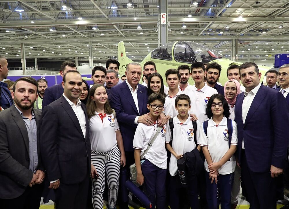 Erdoğan, Atak helikopteri üretim hattını gençlerle gezdi
