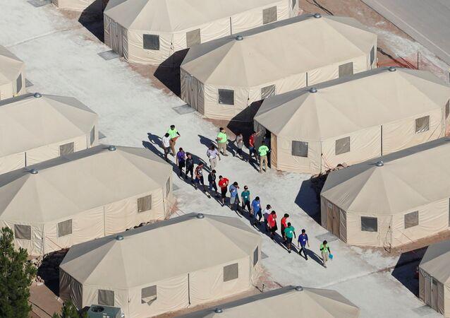 Trump'ın sıfır hoşgörü politikası çerçevesinde ailelerinden koparılan çocuklar, gençler, Teksas eyaletinin Meksika sınırındaki Tornillo kentinde çadır kamplara konuluyor.