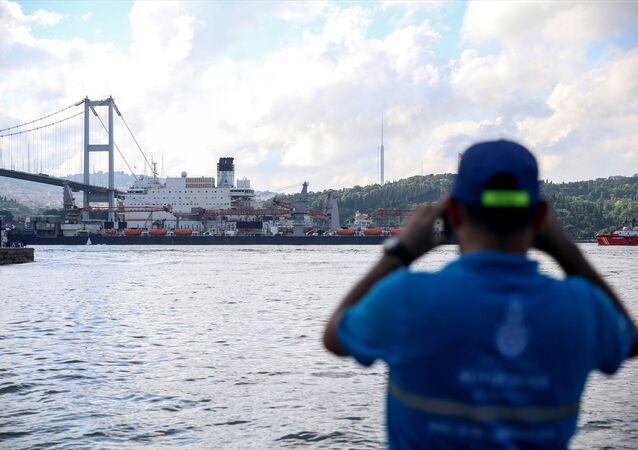 Pioneering Spirit, İstanbul Boğazı'ndan geçti.