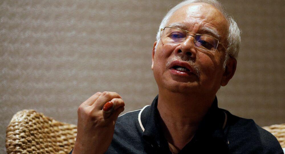 Eski Malezya Başbakanı Necip Rezak, Reuters'e, tatil adası Langkavi'de 5 yıldızlı bir otelde tuttuğu deniz manzaralı villada konuştu.