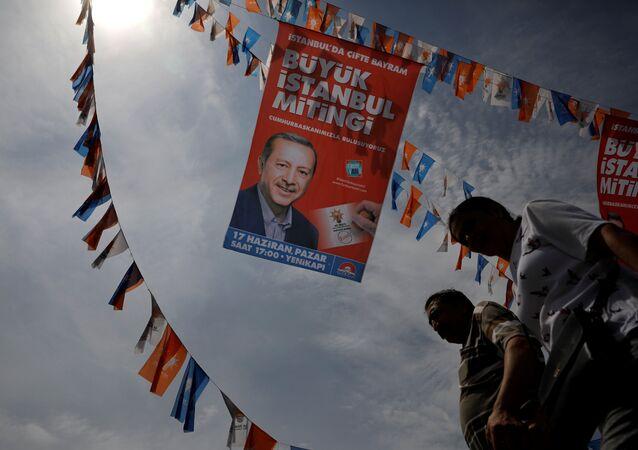 Eminönü'nde Erdoğan'ın seçim afişleri altında hayat