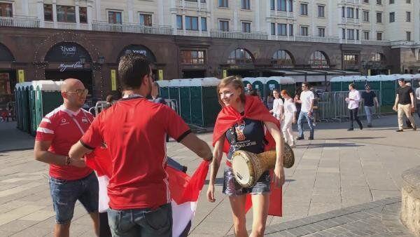 Rus şarkıcı Zvezda, Türk bayrağıyla Moskova sokaklarını gezdi