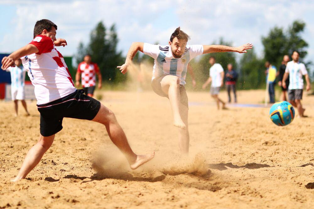 Arjantin ile Hırvat taraftarlar arasındaki dostluk plaj futbolu karşılaşmasından kareler