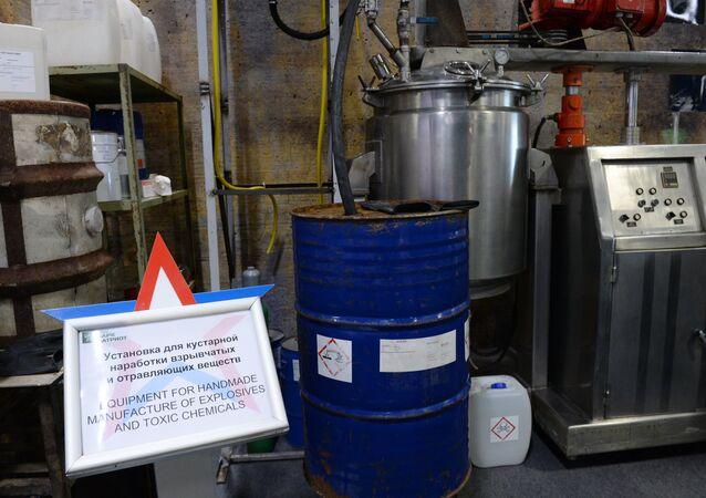 Suriye'deki militanların patlayıcı ve kimyasal maddeler oluşturmak için kullandığı düzeneklerin Rusya'da hazırlanan bir maketi