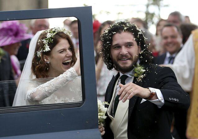 Game of Thrones dizisinde 'Jon Snow' karakteriyle ünlenen Kit Harington ve 'Ygritte' karakterini canlandıran Rose Leslie
