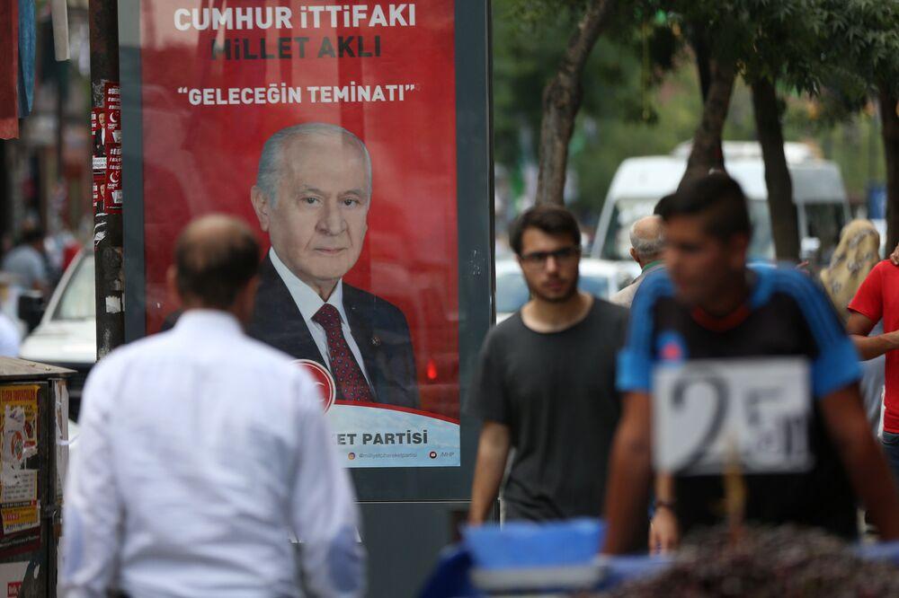 Merkez Sur İlçesi'nin Gazi Caddesi. Diyarbakır'da ilk kez bir seçimde MHP Lideri Devlet Bahçeli'nin fotoğrafları reklam tabelalarında yer alıyor.