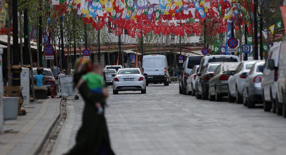 Melikahmet Caddesi'nde HDP bayrakları ile Türkiye bayrakları iç içe girmiş.