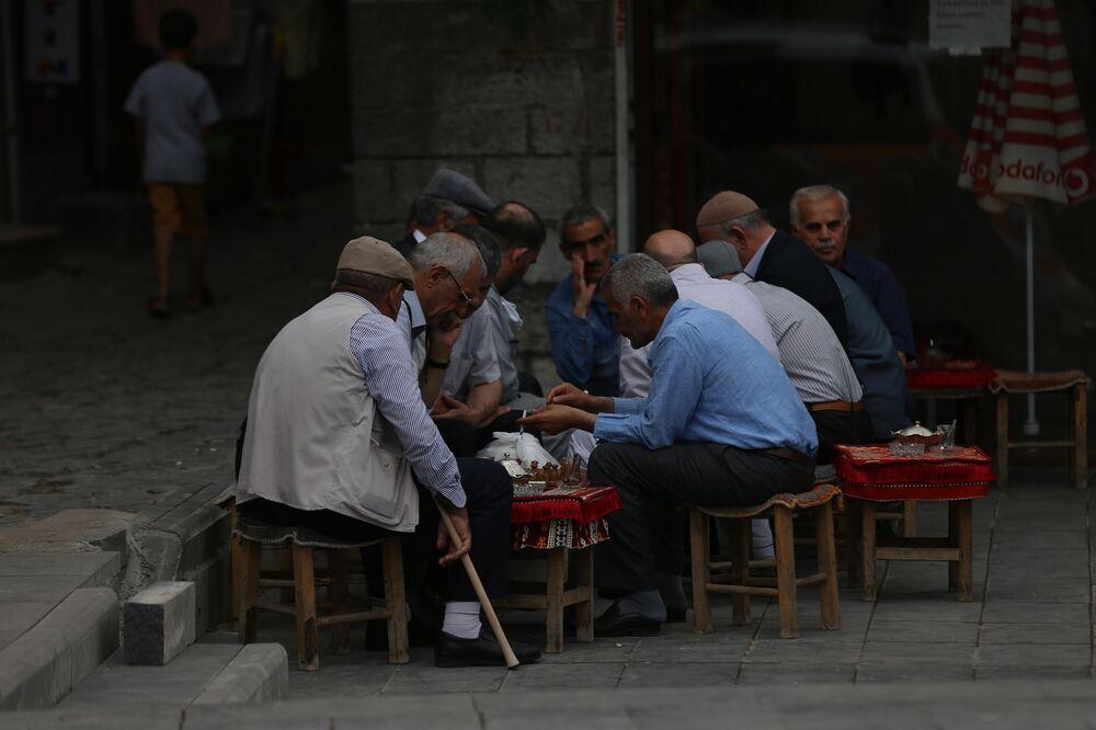 Çay Ocağı önünde toplanan yaşlılar dama oynuyor. Sohbet konusu seçim.