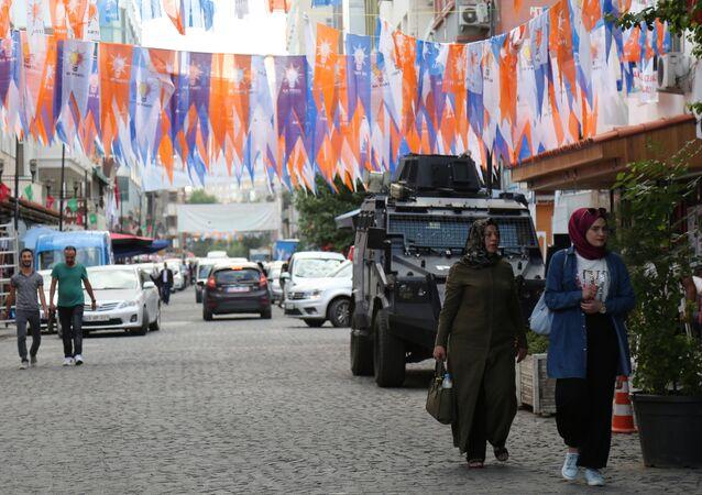 Saraykapı Caddesi. Polis zırhlı araçla AK Parti seçim bürosu önünde nöbet tutuyor.