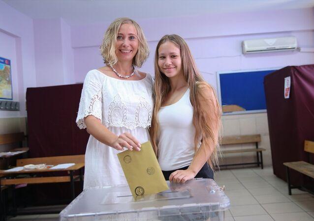 Rus Sanat ve Kültür Derneği Başkanı İrina Balcı, 24 Haziran'da oy kullandı.