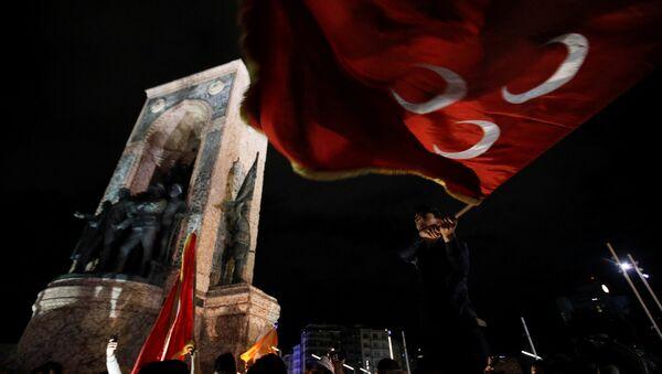 Taksim'de seçim kutlamaları - MHP bayrağı - Sputnik Türkiye