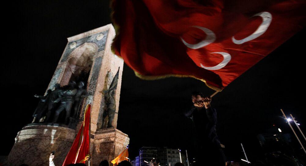 Taksim'de seçim kutlamaları - MHP bayrağı