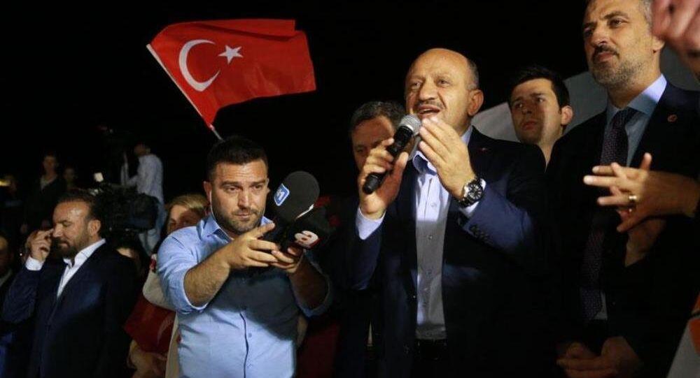 Cumhurbaşkanı ve 27. Dönem Milletvekilliği seçimi resmi olmayan sonuçlarının açıklanmasının ardından AK Parti Kocaeli İl Başkanlığı önünde toplanan vatandaşlar kutlama yaptı. Kutlamalara, Başbakan Yardımcısı Fikri Işık da katıldı.