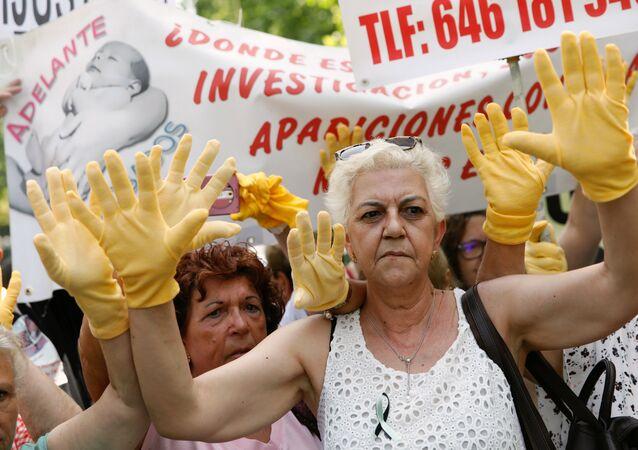 Madrid'de çalınan bebekler davasının görüldüğü mahkeme önünde kadınlar, binlerce vaka üzerinden zaman aşımının kaldırılıp hukuki sürecin başlatılmasını, adaletin yerini bulmasını talep etti.