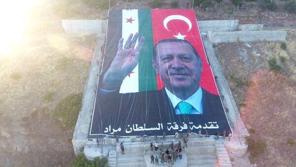Afrin'de Öcalan resminin imha edildiği alana Erdoğan posteri yerleştirildi - Sputnik Türkiye