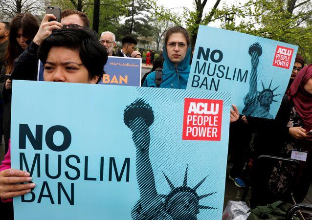 Trump'ın İran, Libya, Somali, Suriye ve Yemen vatandaşlarına yönelik ABD'ye giriş yasağı, ilk günden beri eleştiriliyor, protesto ediliyor.
