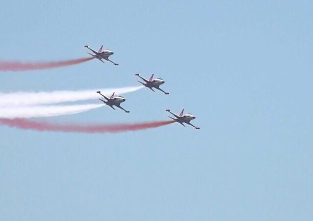 Azerbaycan ordusunun 100. yılı kutlamalarında Türk pilotlardan boy gösterisi