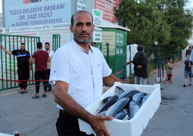 Hatay'ın Kırıkhan ilçesi ile Doğu Guta'dan kaçarak Suriye'nin Afrin kırsalında kurulan çadır kente sığınan ihtiyaç sahibi Suriyelilere 20 bin balık dağıtıldı.