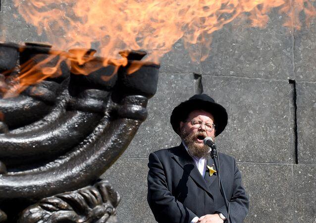 1942'de yüz binlerce Yahudi'nin toplama kamplarına götürüldüğü Varşova'daki Yahudi gettosunda 1943'te çıkan ayaklanma çok kanlı şekilde bastırılmıştı. 19 Nisan 2018'deki 75. yıldönümünde Getto Kahramanları Anıtı'nda tören düzenlendi.